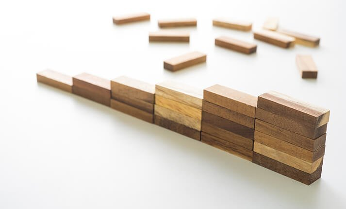 Rebuilding a wall of wooden blocks